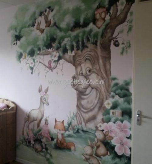 Muurschildering sprookjesboom hert vos bloemen kinderkamer
