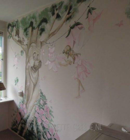 Muurschildering sprookjesboom elf elfjes fee bloemen kinderkamer