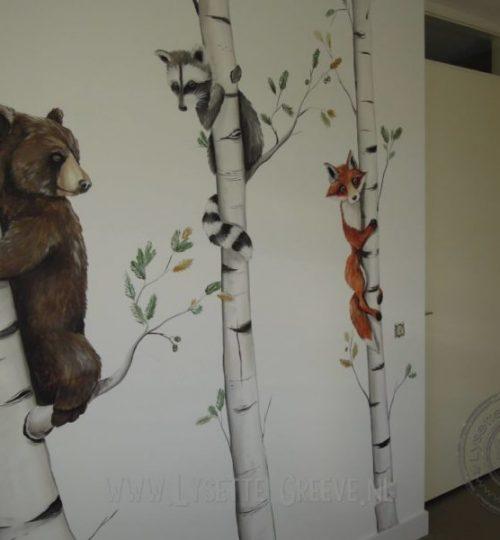 Muurschildering beer, bomen. vos, wasbeer
