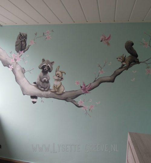 Tak met wasbeer, konijn, eekhoorn en uil muurschildering door Lysette Greeve