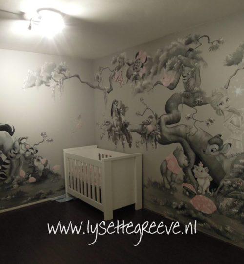 Spirit, Tijgertje, Pooh, Minnie, Frank en Frey, Elsa, Marie grijstinten muurschildering