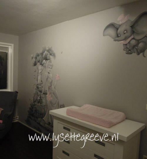 Spirit, Tijgertje, Pooh, Minnie, Frank en Frey, Elsa, Marie, Lady, Assepoester grijstinten muurschildering